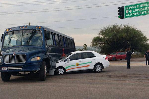 Taxi del Aeropuerto Choca Contra Camión de Transporte de Personal