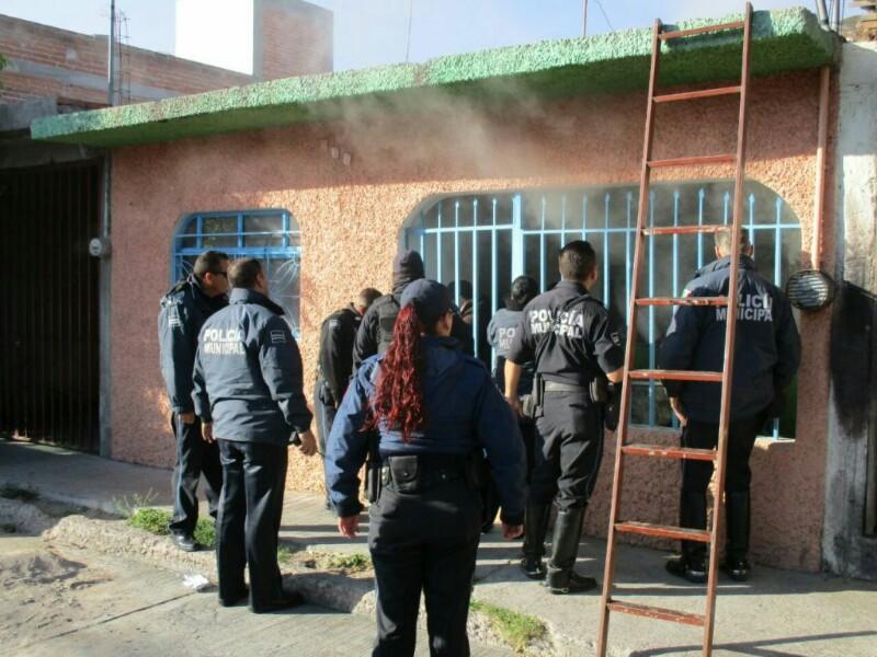 Policías Rescatan a Familia Atrapada en un Incendio