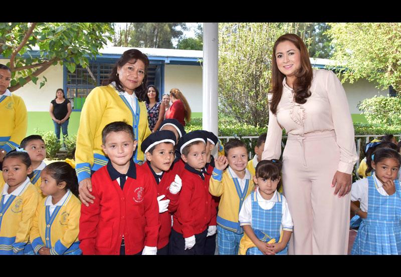 Tere Jiménez Acude a Jardín de Niños a Encabezar Honores a la Bandera