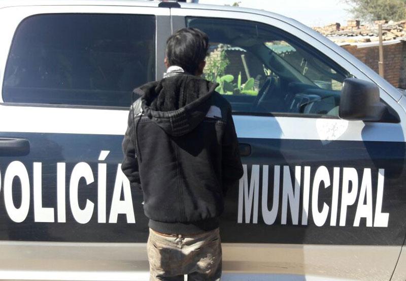 Policías Detienen a Luis por Agredir con un Pedazo de Espejo a su Pareja de 14 Años