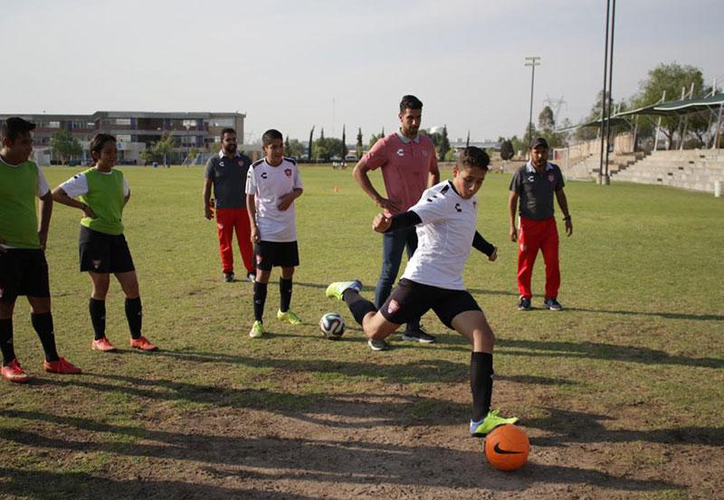 Jugadores de Rayos Conviven con Alumnos de la Escuela de Fútbol Necaxa