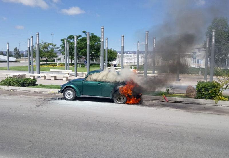 Corto Circuito Ocasiona que Vochito se Incendie